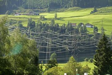 Stromleitungen in einem Tal bei Stuhlfelden