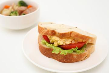 お皿にのせた エッグレタストマトサンド パン サンドウィッチ  ポトフ スープ 白背景