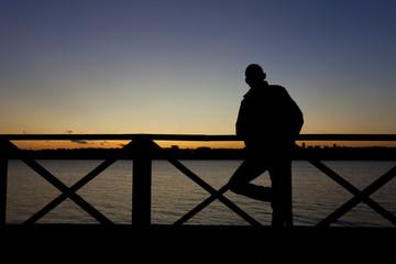 gün batımını izleyen yalnız adam