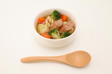 ポトフ 野菜 ソーセージ 煮込み スープ 木のスプーン 白背景