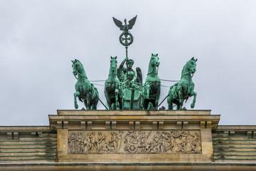Viktoria und Pferde Gespann auf Brandenburger Tor in Berlin, blauer Himmel
