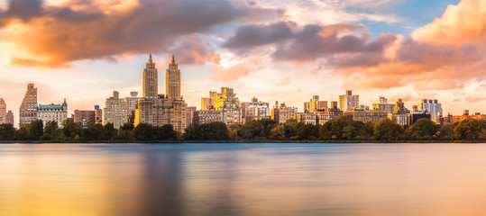Fototapete - New York Upper West Side skyline at sunset as viewed from Central Park, across Jacqueline Kennedy Onassis Reservoir