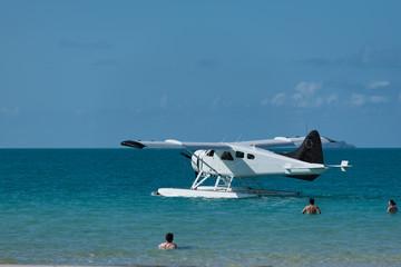 Wasserflugzeug am Badestrand