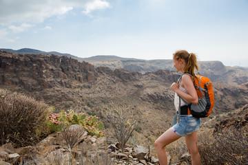 Junge Frau wandert in den Bergen
