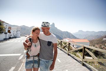 Ein verliebtes Pärchen spaziert in Bergdorf Tejeda auf Gran Canaria