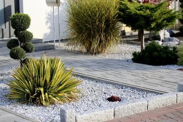 Moderner Vorgarten an einem Wohnhaus