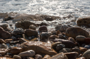 Funkelnde Steine am Strand