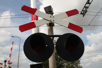 Railroad crossing with 1 cross which indicates there is 1 track