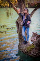 Fillette au bord du lac du Parc de la Tête d'Or en automne à Lyon