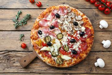 Cadres-photo bureau Pizzeria pizza quattro stagioni su sfondo rustico