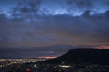夕暮れの高松市街並みと屋島