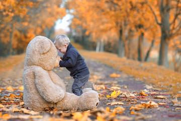 kleiner Junge küsst seinen Teddy