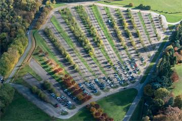 Vue aérienne du parking du parc animalier de Thoiry à l'automne