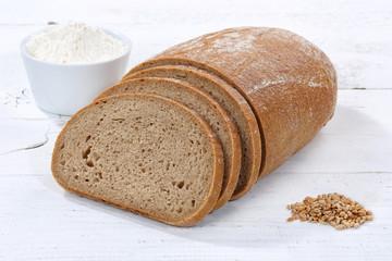 Brot Weizenbrot Weizenmischbrot geschnitten Scheibe auf Holzplatte