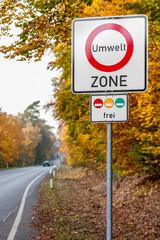 Verkehrschild Umweltzone am Straßenrand