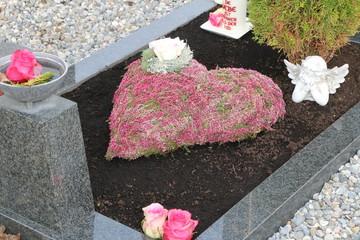 Autumn at the Cemetery, herbstliche Grabgestaltung mit einem Blumengesteck aus Erikapflanzen, Grabpflege, Tod, Trauer