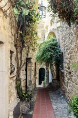 In de dag Smal steegje old buildings in Eze village france