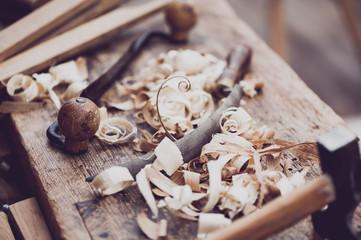 Vieux outils de menuiserie et copeaux de boi