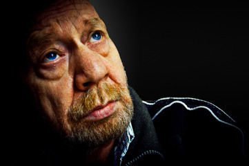 Uomo anziano, solitudine, tristezza, depressione.