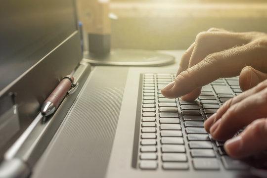 Gemütliche Heimarbeit am Laptop