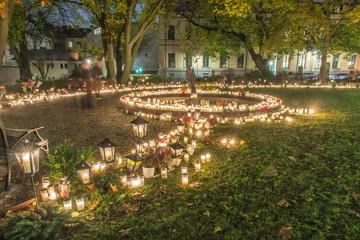 Minneslund på Katarina kyrka med mängder med ljus tända på Allhelgonaafton