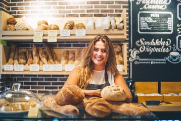 Photo sur Aluminium Boulangerie Woman sells in bakery.