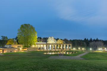 Skogskrematoriet på Skogskyrkogården  på Allhelgonanatten med alla sin tänd ljus