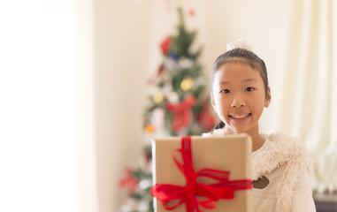 クリスマスプレゼントを貰う少女