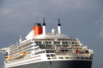 Queen Mary 2 im Sonnenlicht