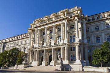 Perspektivische Aufnahme vom Justizpalast (oberster Gerichtshof) in der Innenstadt von Wien, Österreich