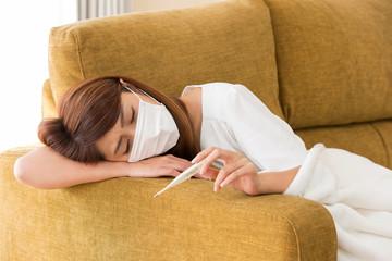 マスク・体温計を持つ女性