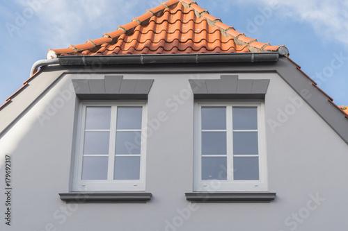 Weisse Fenster In Einer Grauen Fassade Stock Photo And