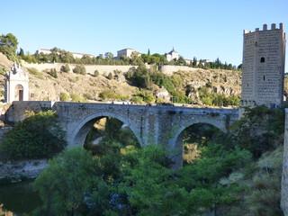 El puente de San Martín es un puente medieval sobre el río Tajo, situado en la zona oeste de la ciudad española de Toledo