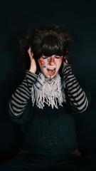 Chica joven asustada con heridas y sangre en la cara