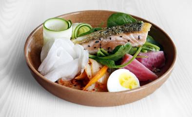 Lunch Bowl mit Lachs, Kimchi, Avocado, Ei, pinker Bete, Rettich, Reis.