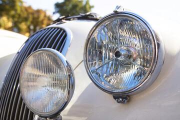 Fari di una vecchia automobile vintage