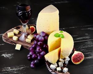 сыр с инжиром,виноградом и бокалом вина