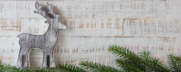 Weihnachten - Holzhintergrund mit Tannenzweigen,  und Rentier