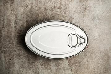 Obraz Bote lata de Conserva cerrada sobre un fondo gris rústico. Vista superior - fototapety do salonu