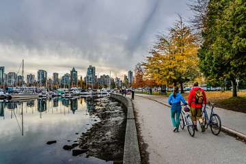 Cyclist in Stanley Park, Vancouver, British Columbia, Canada Fototapete