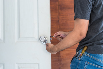 locksmith fix a silver knob on white wood door