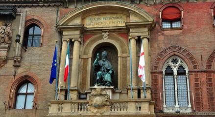 Statue von Papst Gregor XIII. am Palazzo d'Accursio