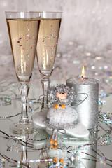 Фужеры  на фоне новогоднего  декора и свечи.