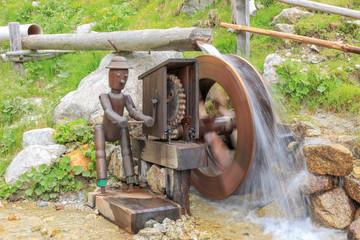 Mechanischer Arbeiter am Wasserrad