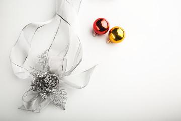 Decorazione Natalizia isolate nel bianco con coccarda e 2 palle colorate - formato orizzontale