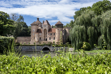 Fototapeten Schloss France, Department Saone-et-Loire, Sercy: Front view of an old castle (chateau) surrounded by park and water