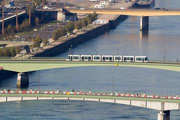 Métro de Rouen traverrsant la Seine sur un pont