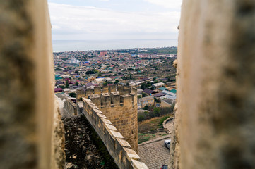 Вид на город Дербент из бойницы крепости Нарын-Кала, Дагестан.