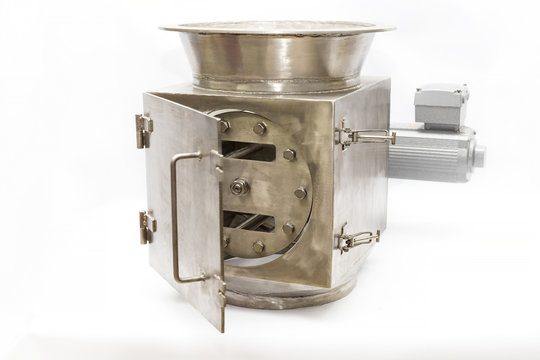 Electromagnetic separator for cleaning from metal particles