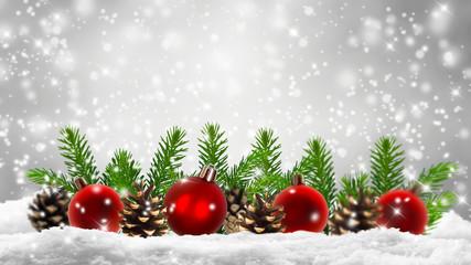 rote christbaumkugeln, tannengrün, schnee, weihnachtsdeko